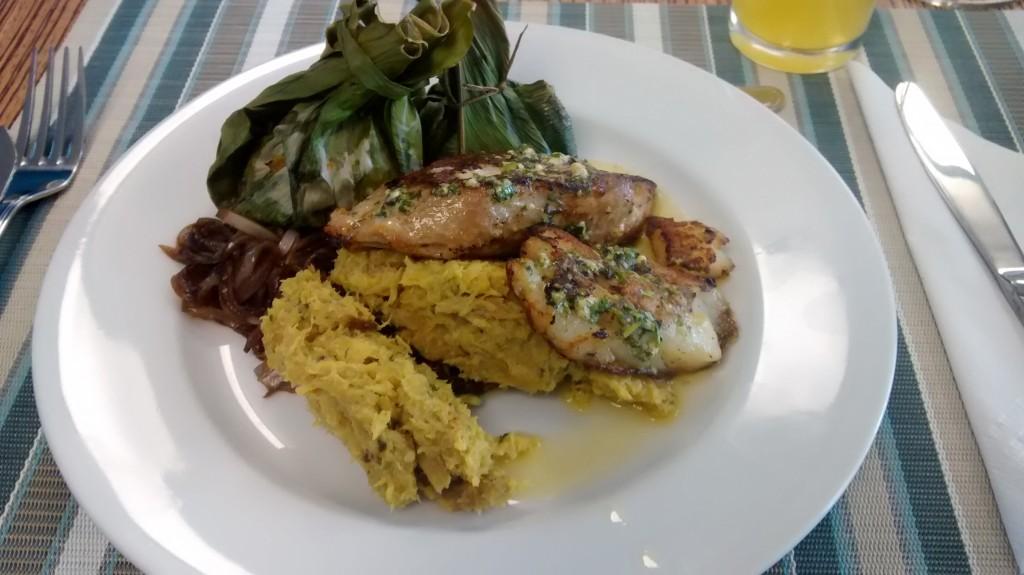 Diferentes pescados de la región con marranitas ( Platano frito)