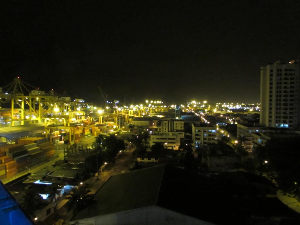 Vista en la noche del puerto de Buenaventura