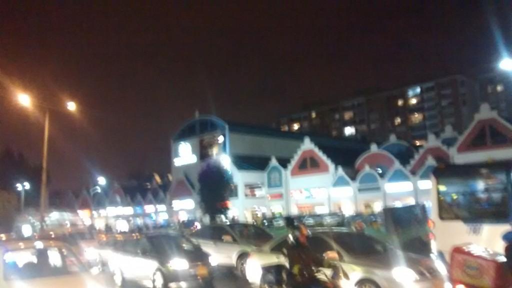 Vista de la lluvia sobre el centro comercial donde estaba el restaurante