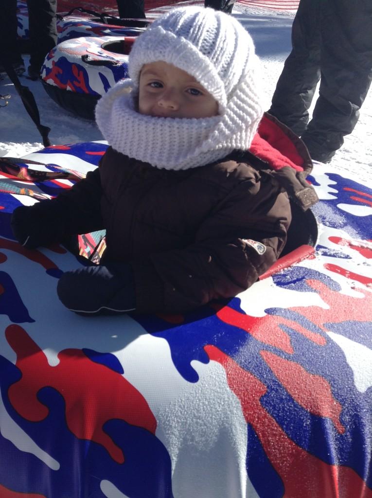 Sammy jugando en la nieve